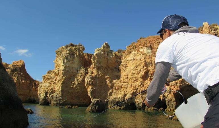 Reizvolle Landschaft: Die Küstenlinie bietet einen interessanten Rahmen für das Fliegenfischen an der Algarve auf Wolfsbarsch und andere Meeresfische.