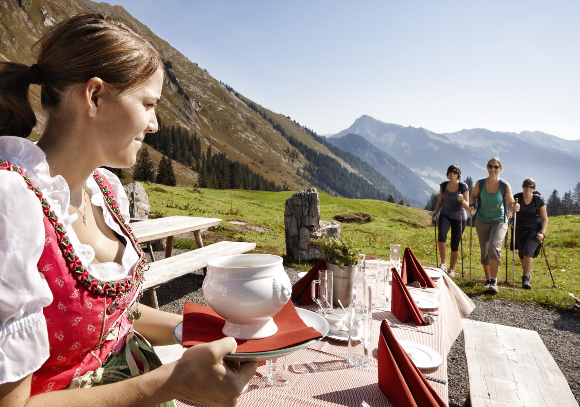 Neben der Kultur verwöhnt die Region auch kulinarisch auf vorzügliche Weise. © Adolf Bereuter/Bregenzerwald Tourismus