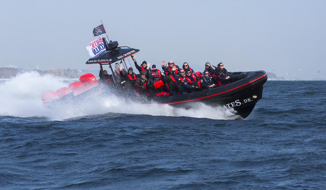 Mit den Baltic Pirates geht es mit einer Geschwindigkeit von mehr als 100 km/h übers Wasser. Foto: FMS