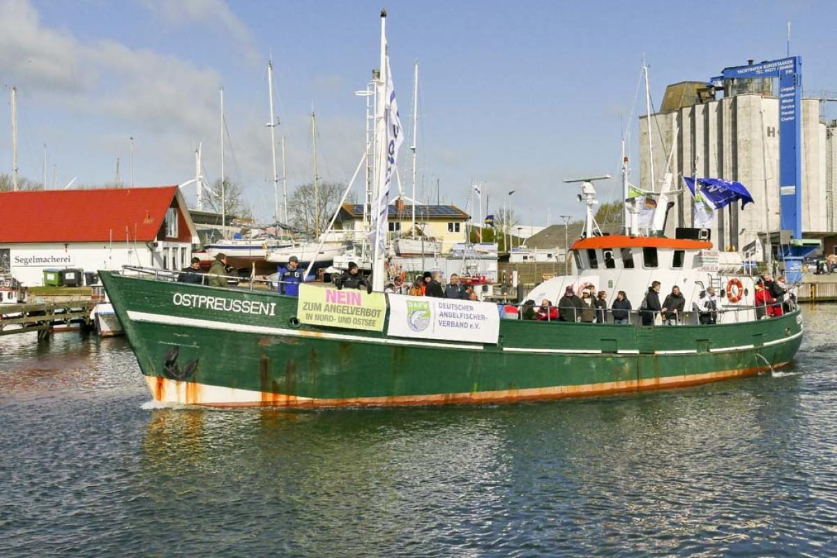 """Der Kutter """"Ostpreussen I"""" läuft aus dem Hafen Burgstaaken aus, um an der Anglerdemo 1.0 teilzunehmen. Foto: R. Schwarzer"""