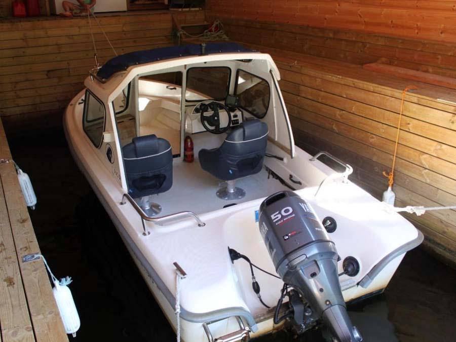 Direkt unter dem Wohnbereich befindet sich die Bootsgarage mit dem 50-PS-4-Takt-Motorboot. Foto: Borks