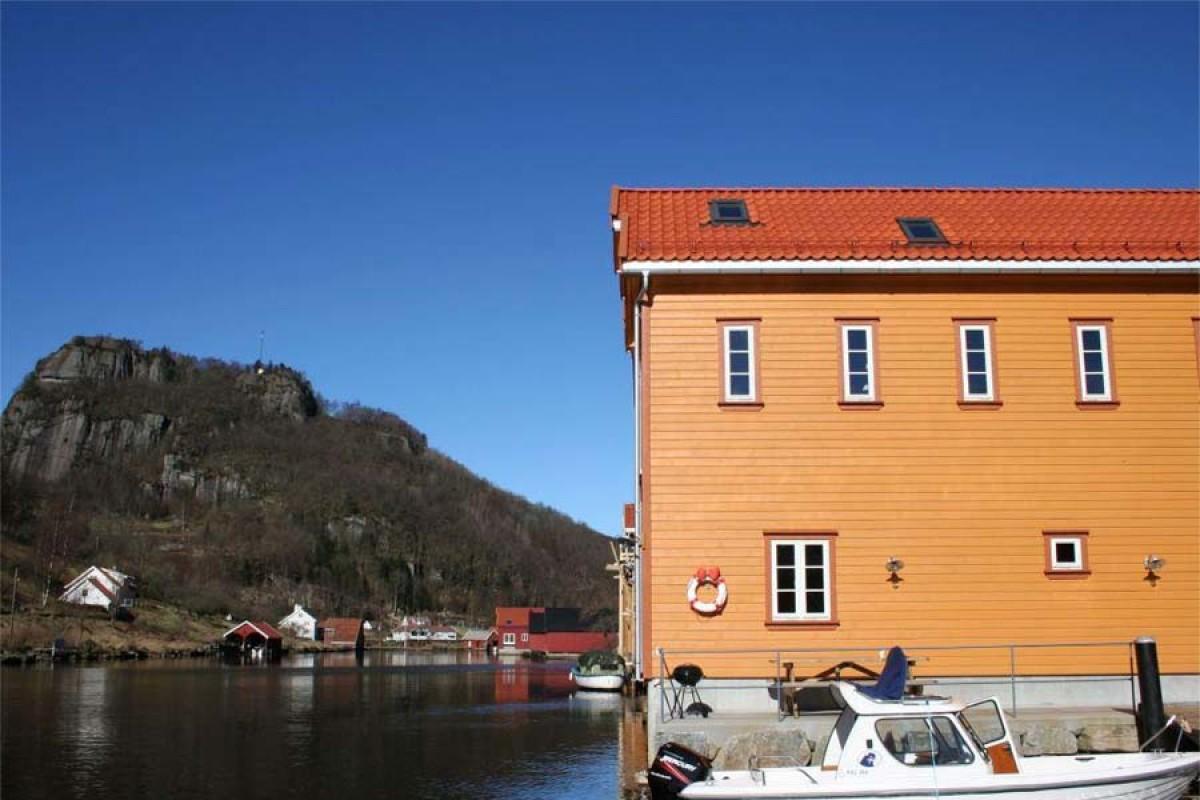 Das Ferienhaus am Fedafjord liegt direkt am Wasser und bietet eine traumhafte Aussicht aufs Meer. Foto: Borks