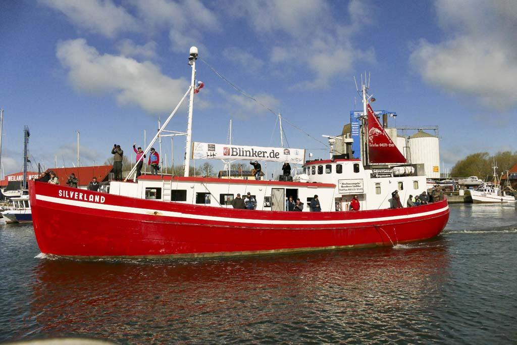 Der YouTube-Kutter begibt sich zur Ausfahrt auf die Ostsee. Gute Stimmung inklusive. Foto: O. Portart