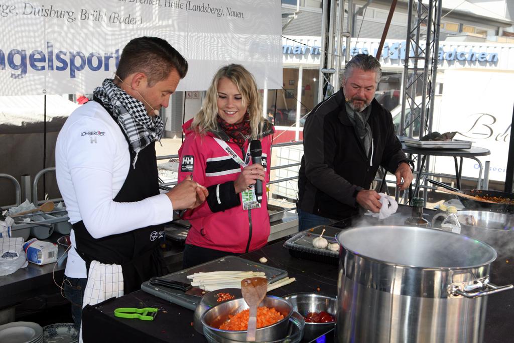 Die beiden TV-Starköche Mike Süsser und Frank Oehler beim Zubereiten leckerer Gerichte. AngelAnni live dabei. Foto: O. Portrat