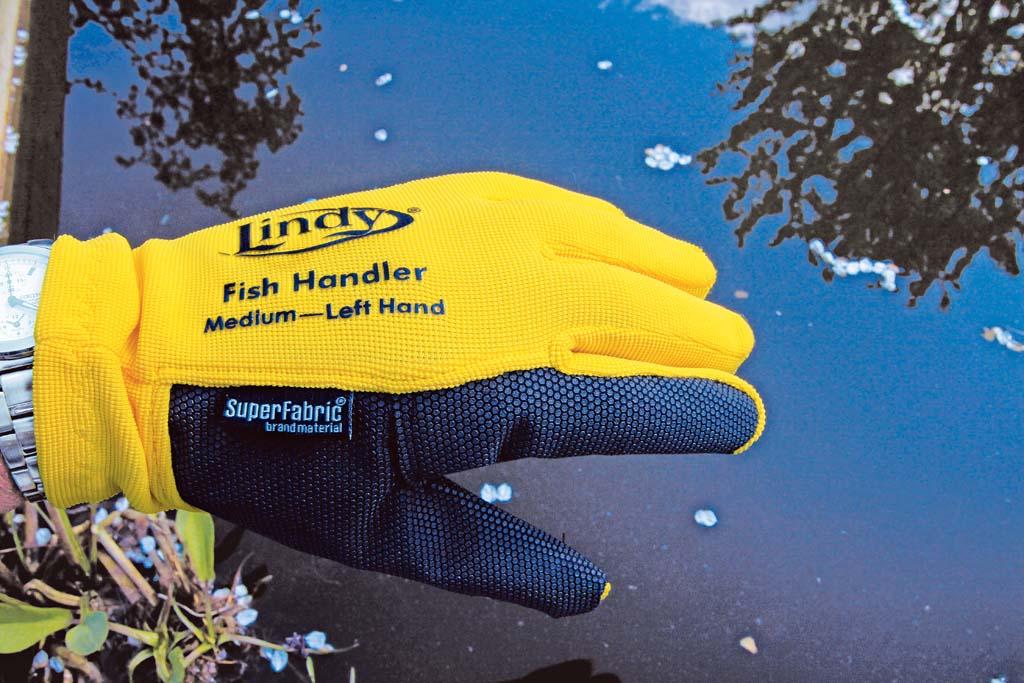 Der Landehandschuh (unten) schützt vor Hechtzähnen und spitzen Kiemenbögen. Foto: BLINKER/ Bertus Rozemeijer
