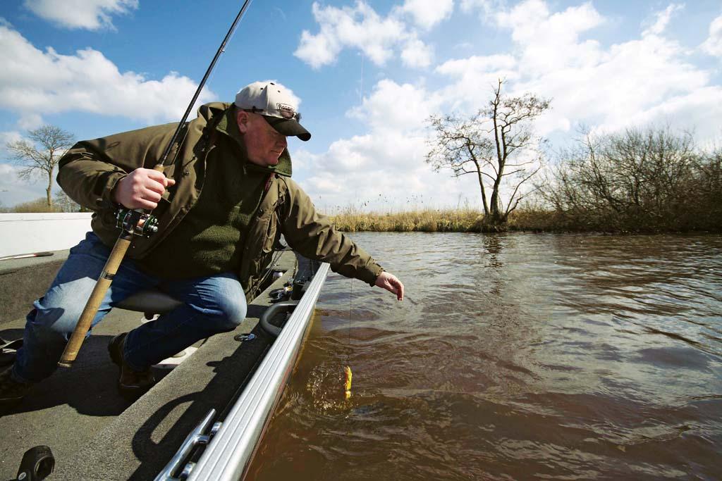 Möchte man einen Hecht mit der Hand landen, muss der Fisch erst komplett ausgedrillt werden. Foto: BLINKER/ Bertus Rozemeijer
