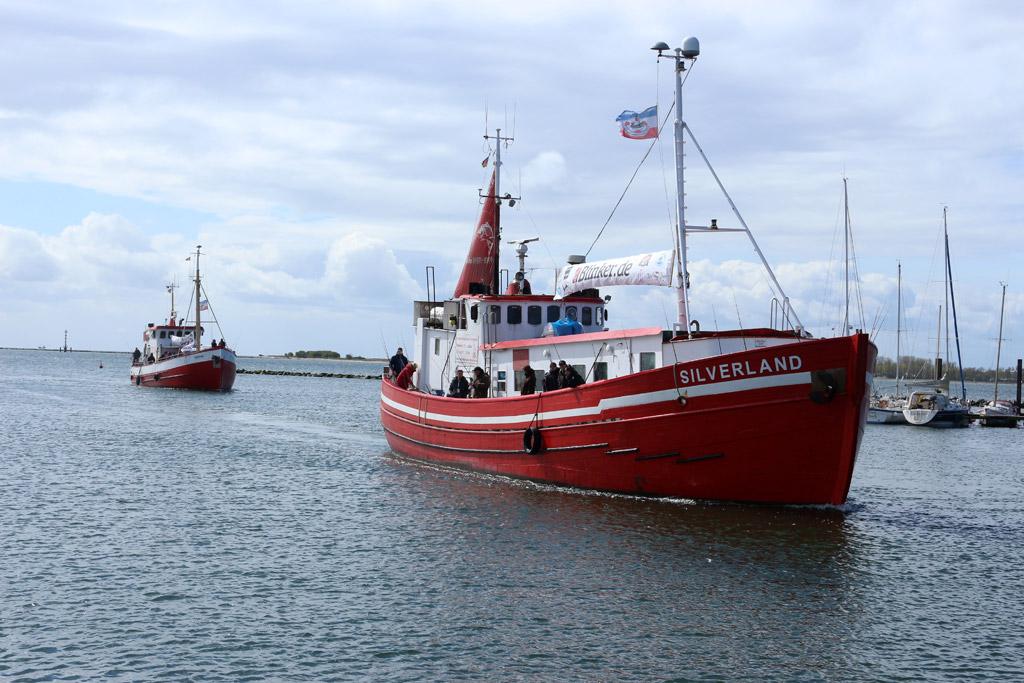 """Der Kutter """"Silverland"""" läuft mit den Fischköppen sicher im Hafen ein. Foto: BLINKER/A. Pawalitzki"""