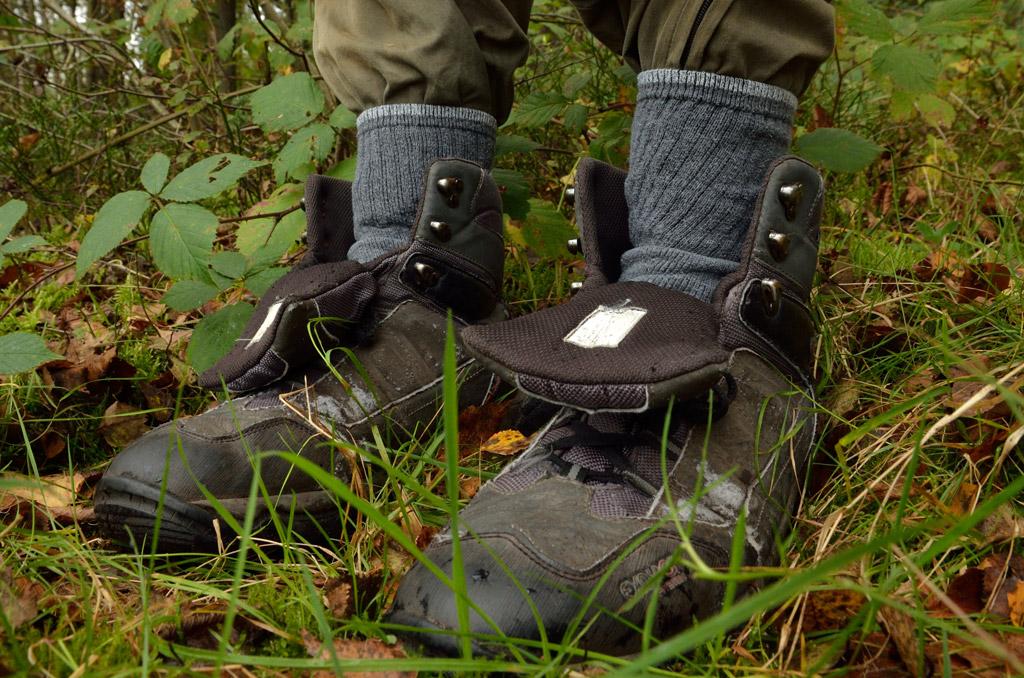 Die Socken über die Hosen gezogen, bieten Schutz vor den nervigen Plagegeistern. Foto: BLINKER/B. Brink