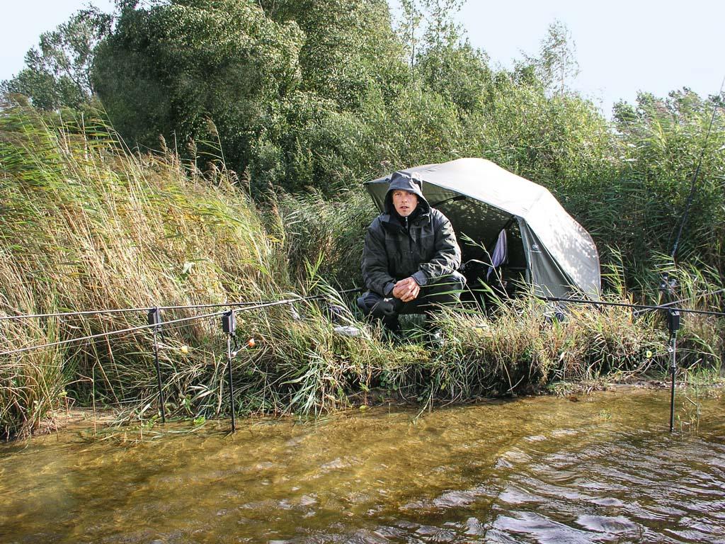 Der Autor Bernd Brink ist leidenschaftlicher Karpfenangler. Bei seinen Ansitzen am Wasser hat er sich schon zahlreiche Zecken zugezogen. Doch mittlerweile weiß er, wie er sich gut schützen kann. Foto: BLINKER/B.Brink