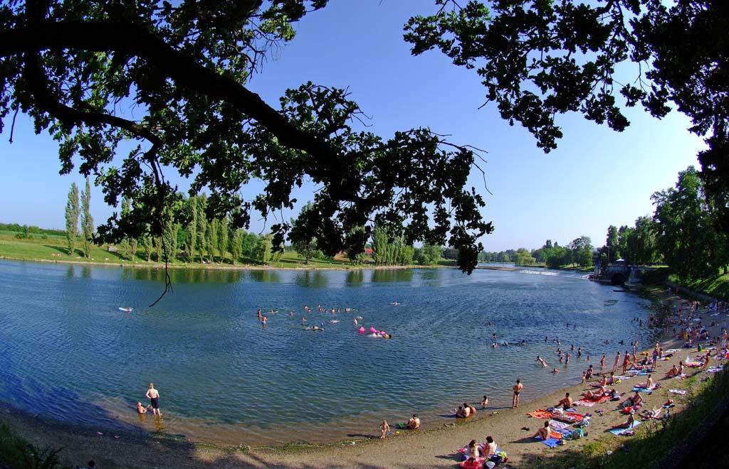 Der bekannteste Badestrand Foginovo befindet sich direkt im Zentrum von Karlovac, gegenüber des großen Süßwasser-Aquariums Aquatika. Foto: Aquatika
