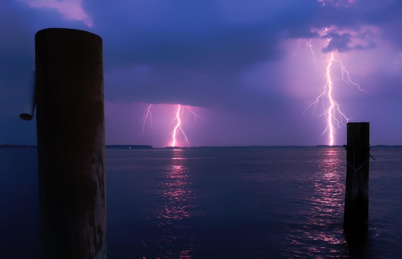 Wenn solche Blitze am Wasser zu sehen sind, sollte man schleunigst seine Rute aus hereinholen und sie weit von sich ablegen. Foto: pb