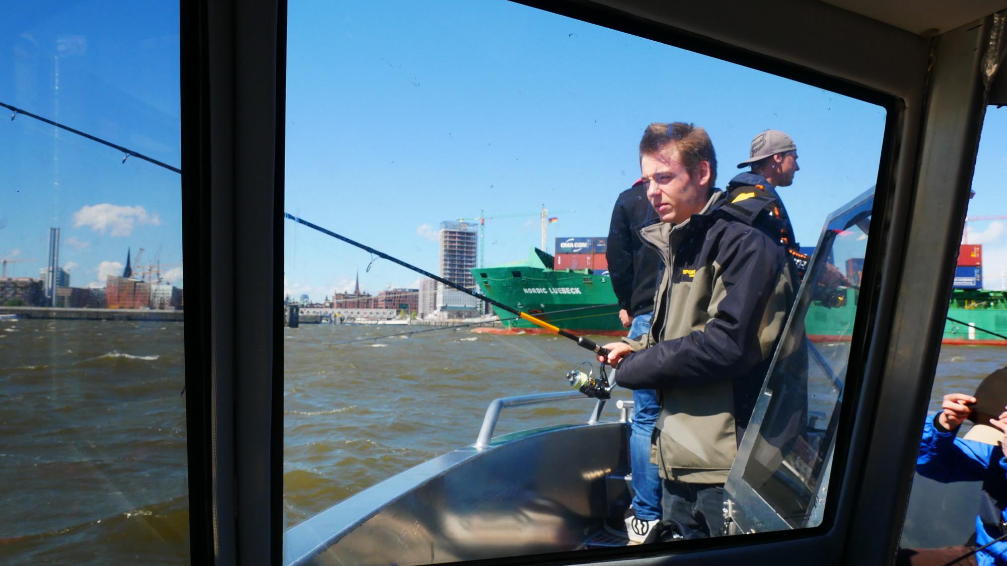 Trotz bester Wetterbedingungen, waren die Fische im Hamburger Hafen nicht in bester Beißlaune. Fischkopp Fritjof setzte dennoch alles daran, einen Elb-Räuber an den Haken zu bekommen. Foto: Fischköppe