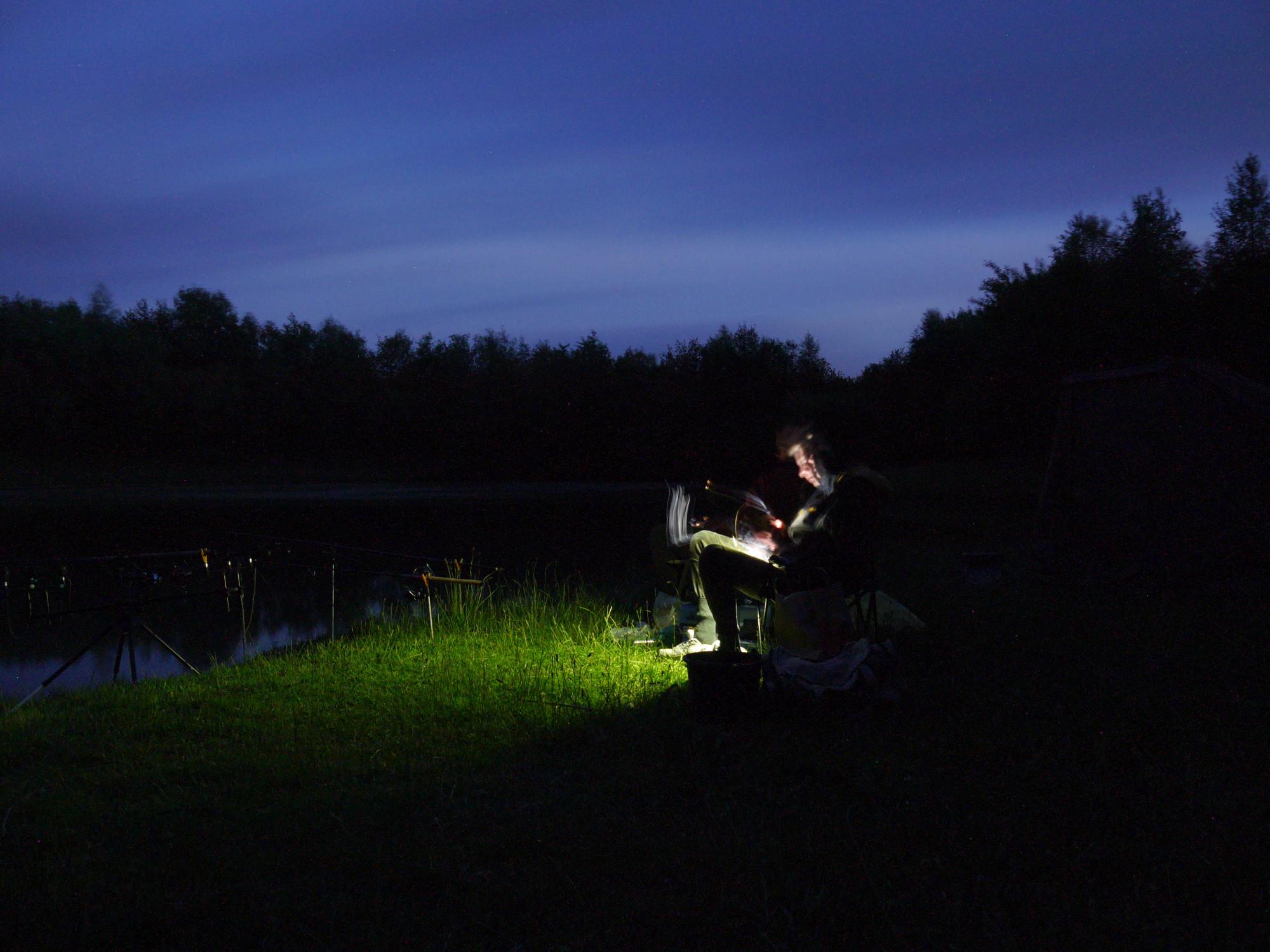 Die kurzen Beißpausen in der Nacht nutzten die Fischköppe für etwas Entspannung. Foto: BLINKER/FiSCHKÖPPE