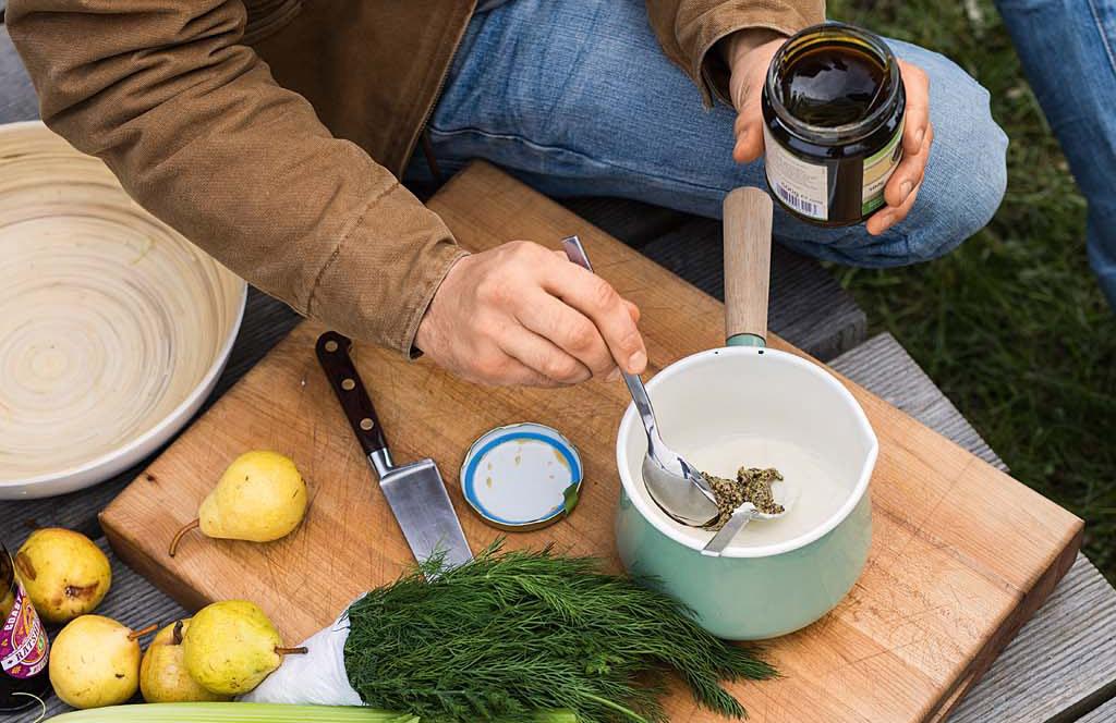 Für den leckeren Honig-Senf-Dip alle Zutaten gründlich vermengen. Eventuell den Honig vorher etwas erwärmen. Nach Geschmack den Dip mit etwas kaltgepresstem Rapsöl abschmecken.