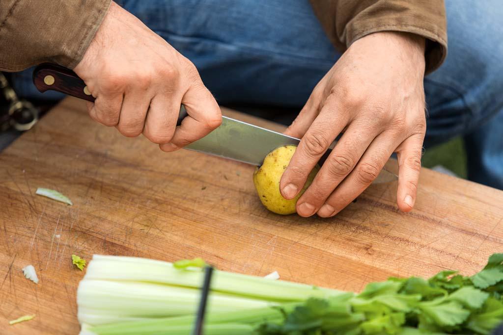 Für die Salsa die Birne nur kurz abwaschen und in sehr dünne Spalten schneiden. Den Staudensellerie zu hauchdünnen Scheiben verarbeiten. Anschließend zusammen mit gezupften Dillspitzen in eine Schüssel geben.