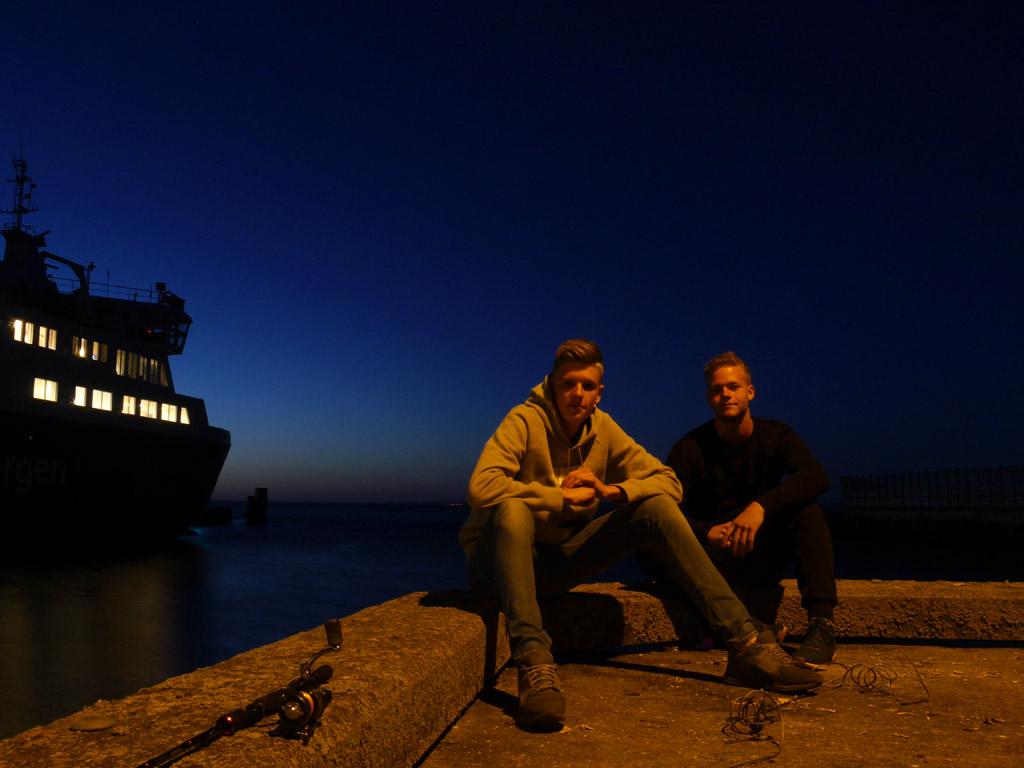 Fischkopp Finn und Angelkumpel Jojo beim nächtlichen Dorschangeln in Dänemark. Foto: BLINKER/Fischköppe