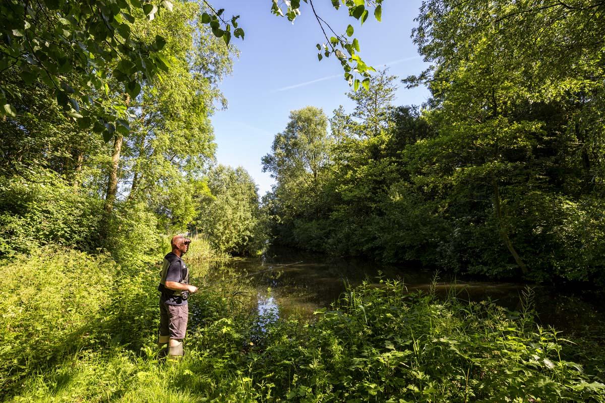 Jeroen beim ausspähen des kleinen Gewässers nach Rotaugen. Foto: SANDER BOER