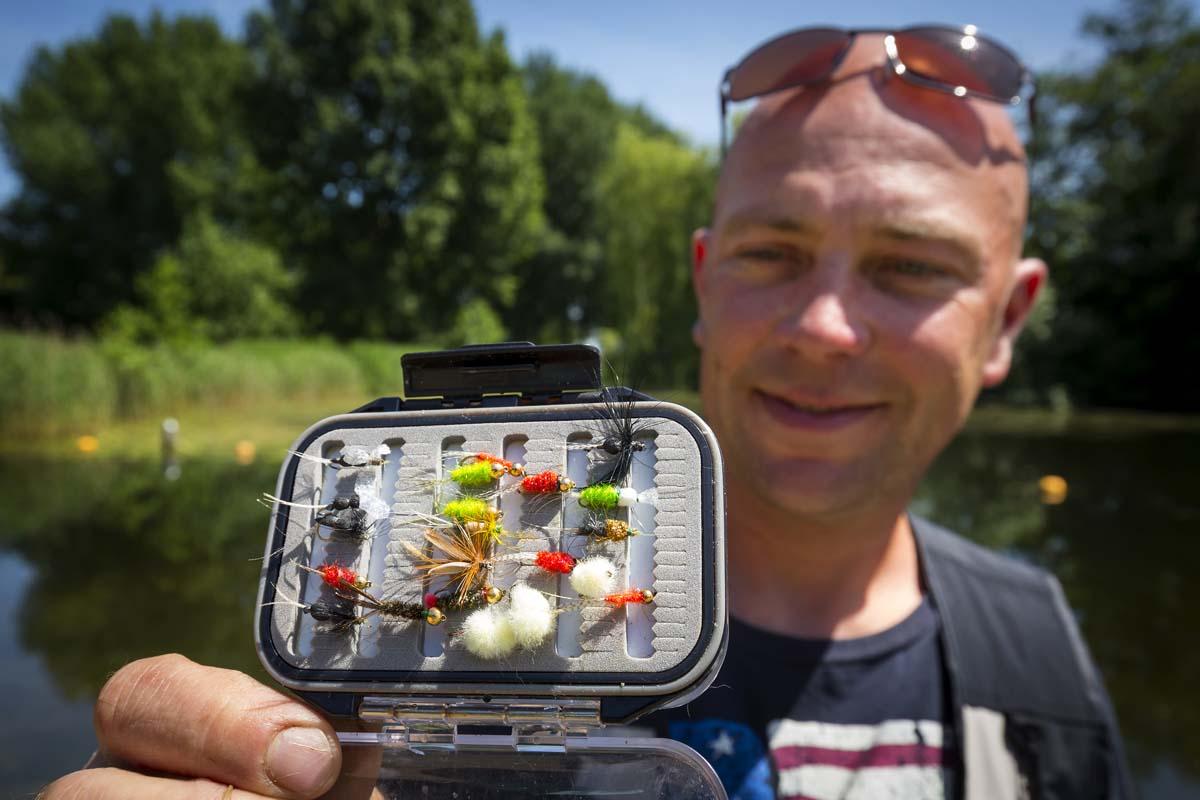 Eine Auswahl an Fliegen, die Jeroen zum Fliegenfischen auf Rotfeden einsetzt. Foto: SANDER BOER