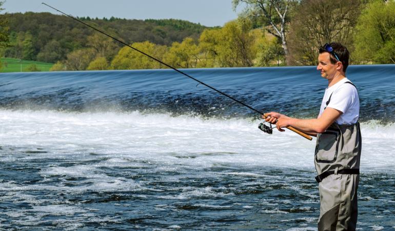 Wer alle Bereiche beim Angeln am Wehr optimal befischen will, braucht unterschiedliche Köder. Wobbler, Spinner und Gummifische fangen jeweils in unterschiedlichen Bereichen optimal. Foto: BLINKER/V.Wilde