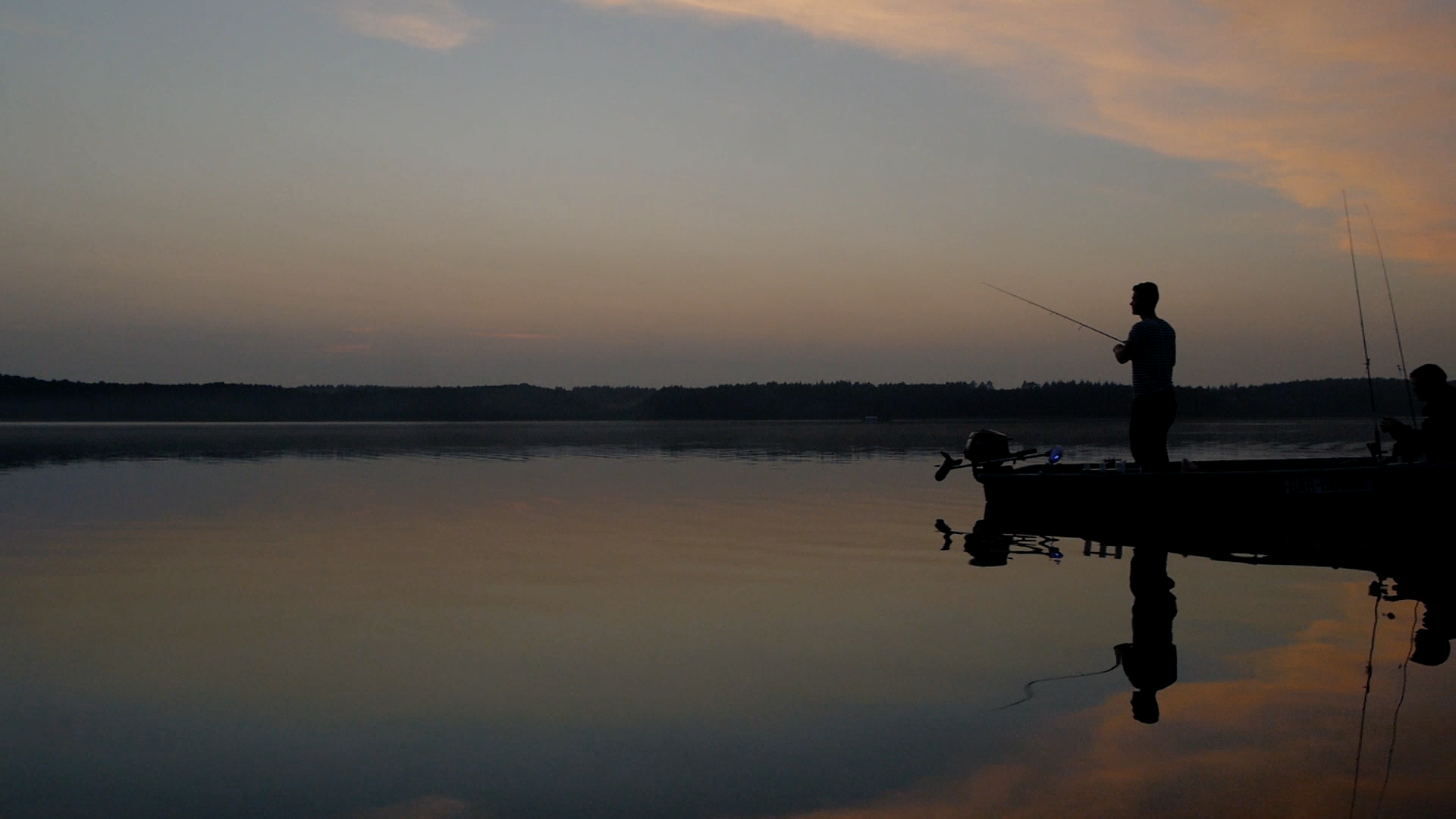 Die frühen Morgenstunden sind besonders im Sommer eine heiße Zeit zum Barschangeln. Foto: Fischköppe
