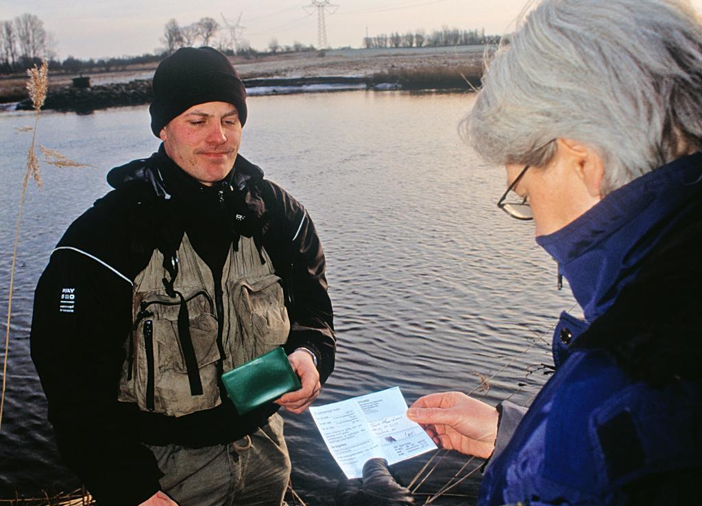 Bei Verlangen eines Fischereiaufsehers ist der Angelschein vorzuzeigen. Foto: BLINKER/ Steen Larsen