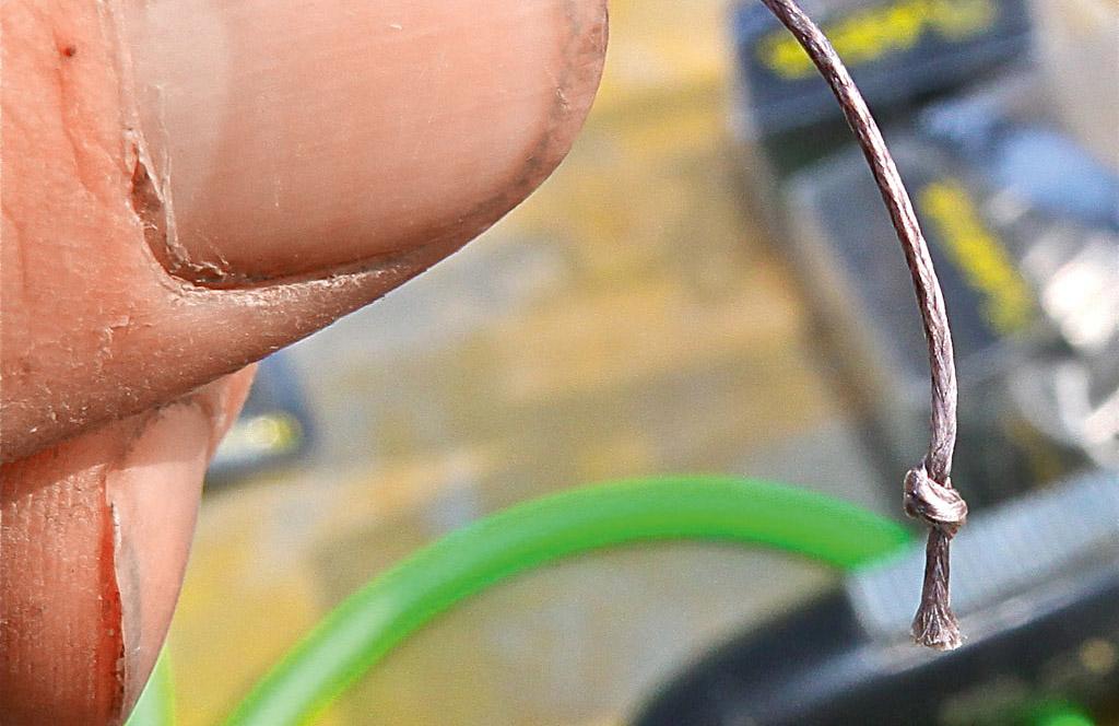 Als erstes schneidet man circa 2 Meter Vorfach ab. Ans Ende kommt ein kleiner Sicherungsknoten. Foto: B. Gründer