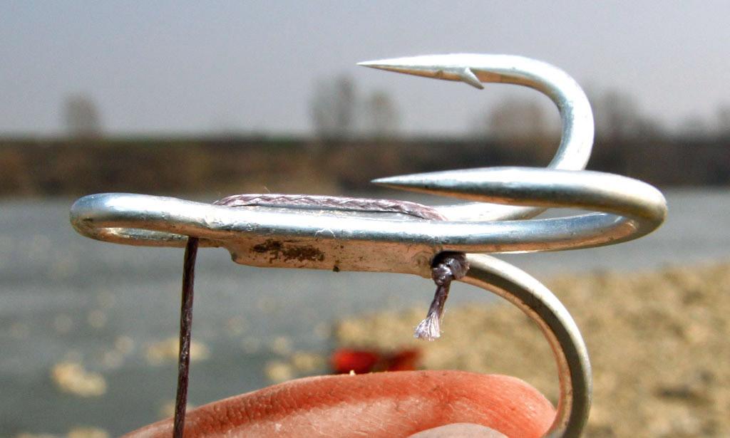 Nun wird der Drilling auf das Vorfach geschoben und mit den kleinen Knoten im Schenkel fixiert. Foto: B. Gründer