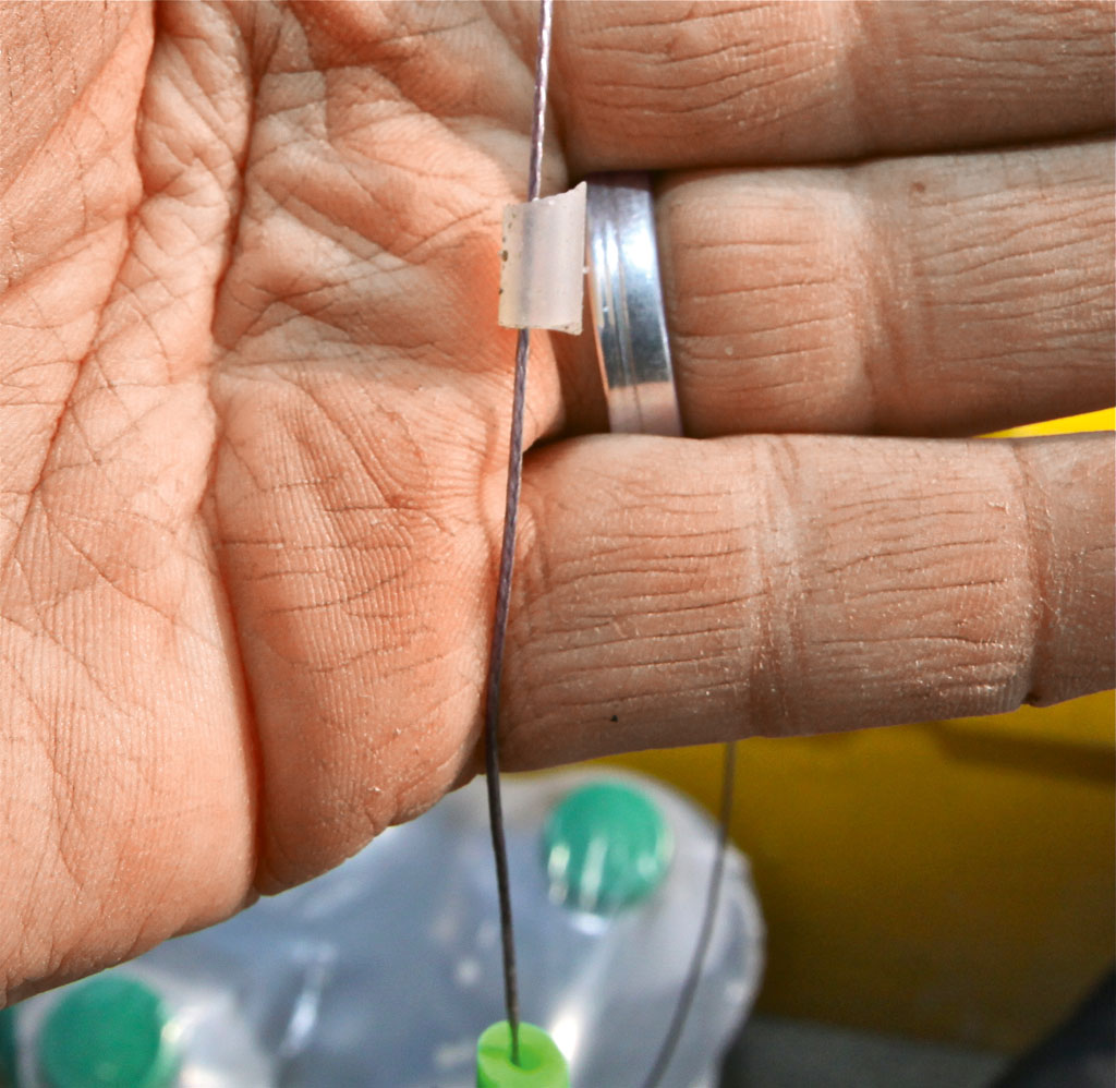 Nach den Haken kommt ein Stück Silikonschlauch als Stopper für die U-Pose aufs Vorfach. Foto: BLINKER/ B. Gründer