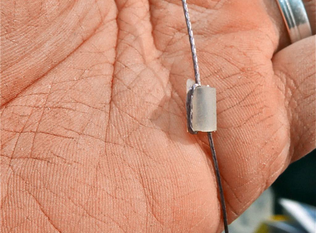 Durch langsames Zuziehen verwindet die Schnur das Schlauchstück zu einem Stopper. Foto: BLINKER/ B. Gründer