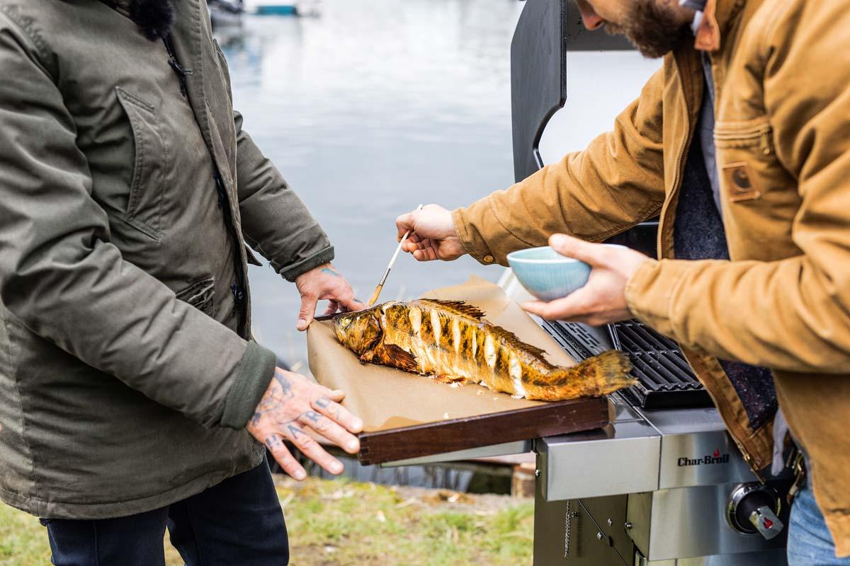 Während des Garvorgangs den Fisch alle fünf Minuten mit der Marinade bestreichen. Vor dem Servieren mit der restlichen Marinade betreufeln. Guten Appetit! Foto: Oliver Hardt