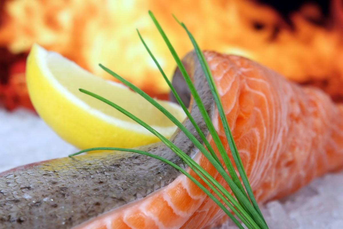 Eine Forelle zu filetieren ist keine schwierige Sache. Mit unserer Anleitung gelingt Euch schnell und einfach das perfekte und vor allem grätenfreie Fischfilet.