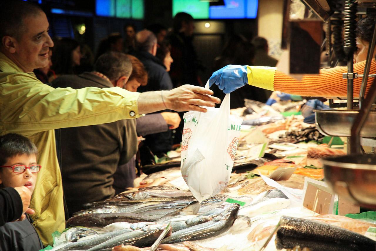Die Umsätze an Fischständen geht laut dem Fisch-Informationszentrums in Hamburg leicht zurück. Beliebt hingegen sind Discounter und Supermärkte. Foto:pb