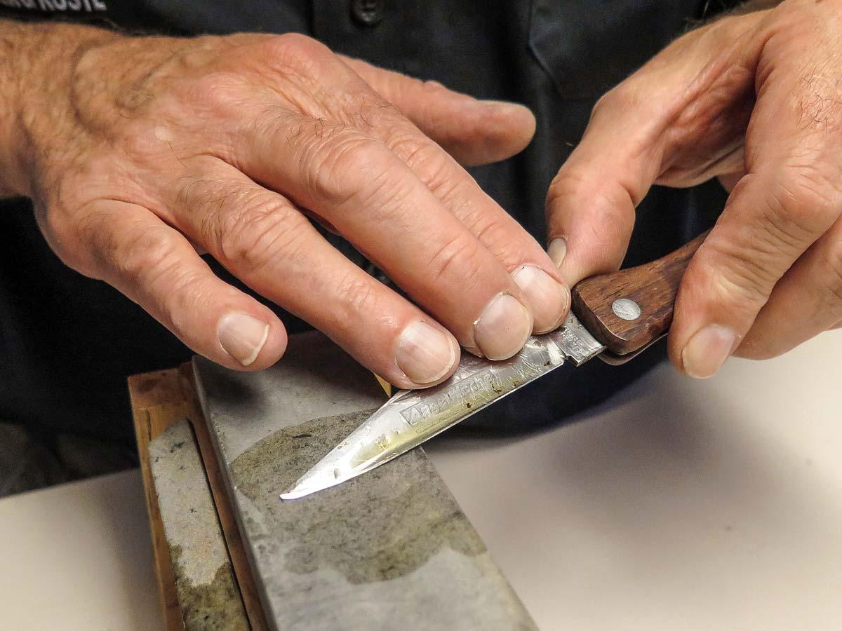 Zum Schluss wird mit dem feinsten verfügbaren Stein der Endschliff vollzogen. Foto: BLINKER/W. Krause