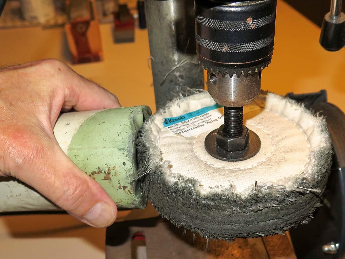 Auf eine Schwabbelscheibe aus Baumwolle wird Polierpaste aufgetragen. Foto: BLINKER/W. Krause
