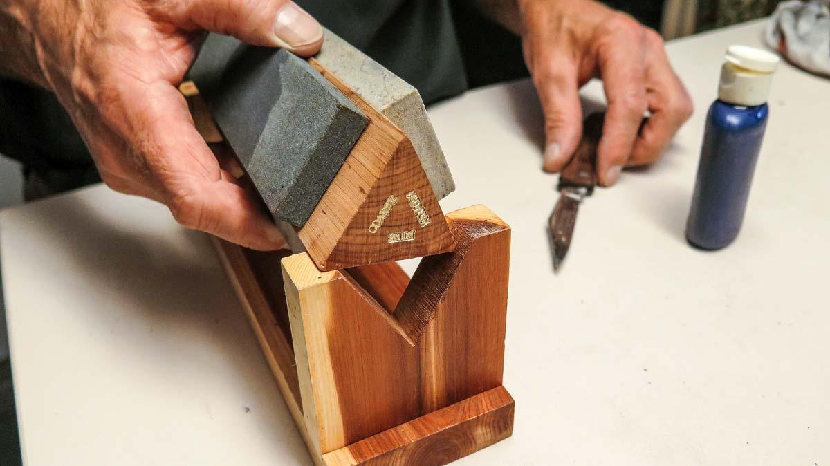Nach dem groben Vorschliff nutzt man nacheinander feinere Steinen. Foto: BLINKER/W. Krause
