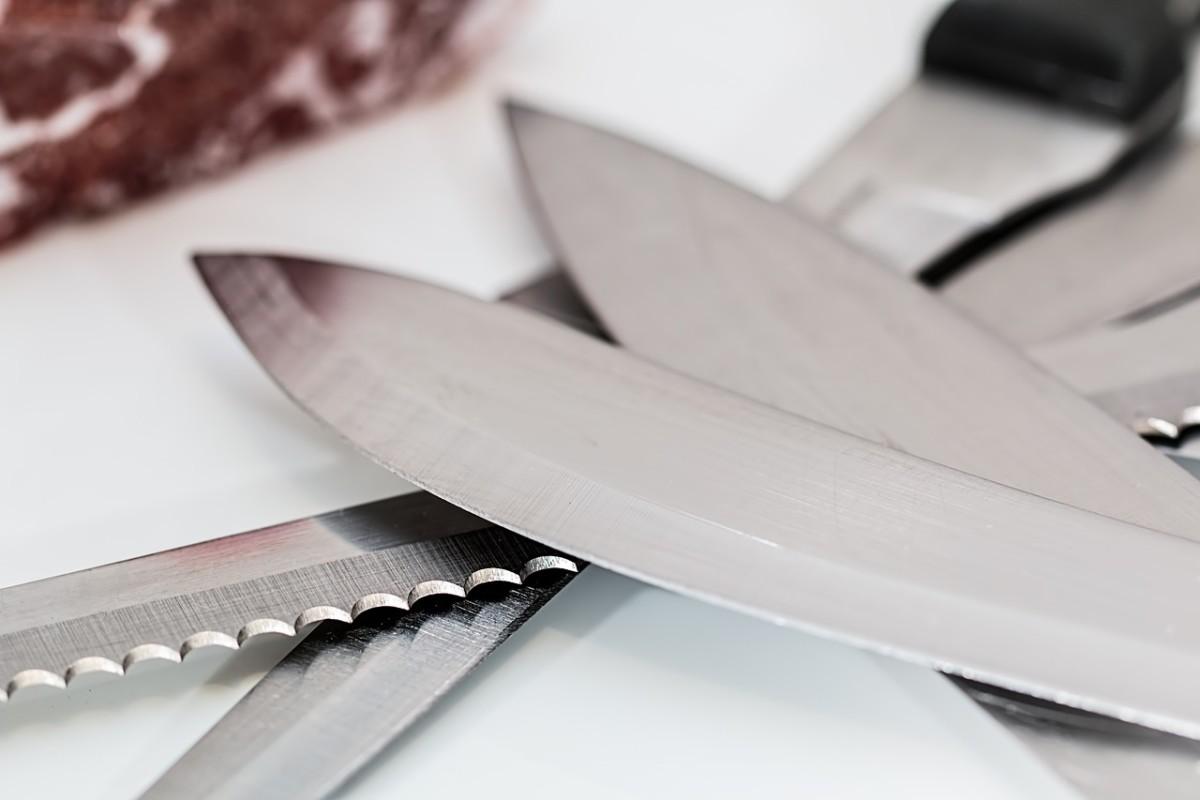 Messer schärfen ist eine komplizierte Sache? Nein! In nur wenigen Schritten zeigen wir Euch hier, wie Ihr Euer Angelmesser für den Einsatz am Wasser wieder fit macht. Foto: pb