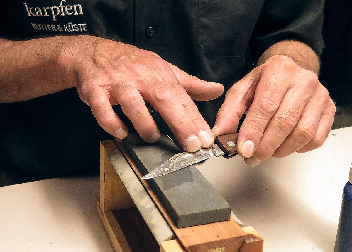 Zunächst die Schneide auf dem groben Stein von sichtbaren Riefen befreien. Messer im Winkel von etwa 15 Grad halten. Foto: BLINKER/W. Krause