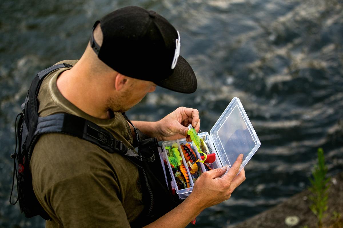 Form, Farbe und Gewicht: Raubfisch-Experte Roy Vanstreels achtet bei der Köderwahl auf Feinheiten und passt sie dem Fressverhalten der Zander an. Foto: BLINKER/ Roy Vanstreels