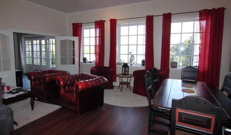 Das Wohnzimmer bietet eine gemütliche Atmosphäre. Foto: Borks