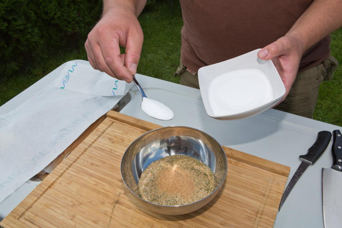 Für 500 Gramm Filet vermischen Sie 4 Esslöffel Zucker, 2 Esslöffel Salz sowie etwas Dill (je nach Geschmack) gut in einer Schale. Foto: BLINKER/A. Seiberlich