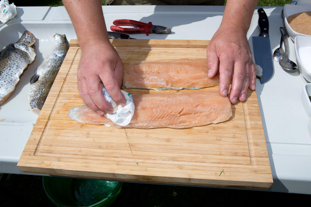Fischfilet (mit Haut) abspülen und trockentupfen. Foto: BLINKER/A. Seiberlich