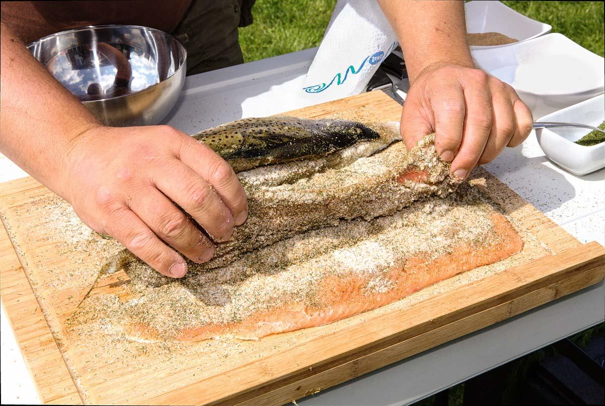 Legen Sie beide Filets aufeinander, Fleischseite auf Fleischseite, die Haut zeigt also nach außen. Foto: BLINKER/A. Seiberlich