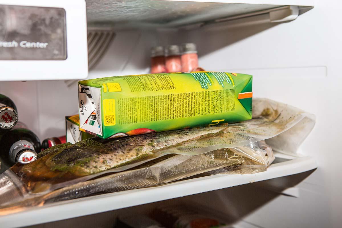 """Die alten Norweger haben den Fisch nach dem Beizen einfach in Beutel gesteckt und in der Eerde verbuddelt. Daher das Wort """"Graved"""" – vergraben. Einbuddeln müssen wir unser Fische heute nicht mehr! Im Kühlschrank herrscht die richtige Temperatur, um die Filets prächtig drei Tage lang reifen zu lassen. Wenn Sie ihn im Gefrierbeutel zubereiten, dann beschweren Sie diesen (zum Beispiel mit Getränkekartons) und wenden Sie den Fische alle Tage. Foto: BLINKER/A. Seiberlich"""