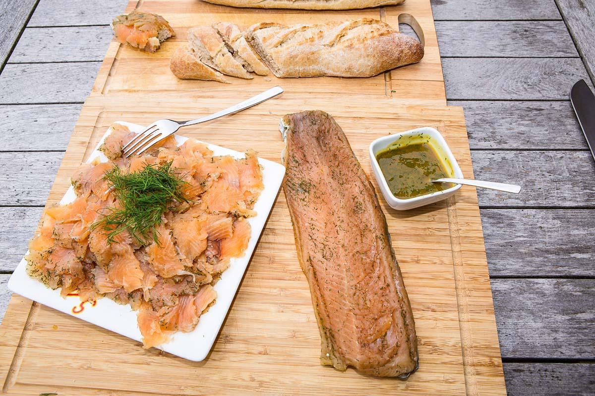Nach drei Tagen können Sie den Fisch aus dem Beutel nehmen, abtupfen und in dünne Scheiben schneiden. Schmeckt perfekt mit dunklem Brot, goldgelber Butter sowie einen Honig-Senf-Dip! Foto: BLINKER/A. Seiberlich