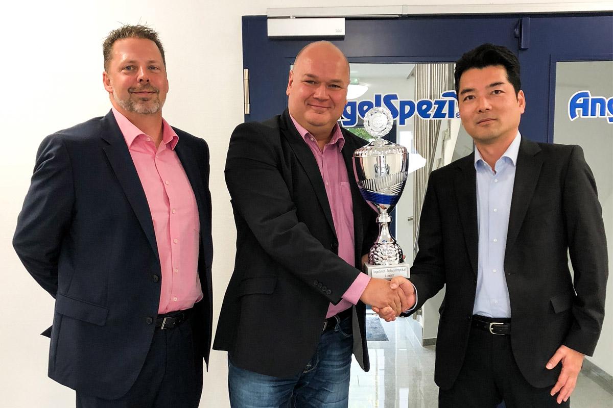 Links Markus Brill-Heck (SPRO) Mitte Volker Herbst (AngelSpezi) Rechts Yoshitaka Yamaguchi (SPRO) nehmen den Preis für den Lieferanten des Jahres 2017 entgegen. Foto: SPRO