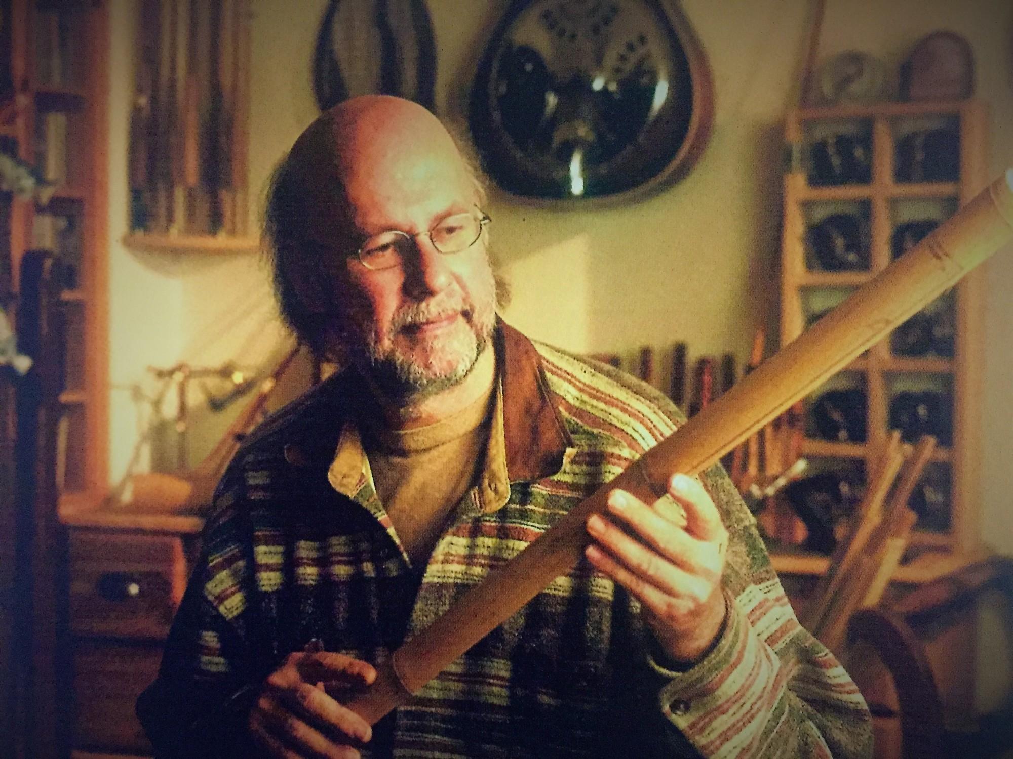 Rolf Baginski, Jahrgang 54, lebt und arbeite in Bremen - hier begutachtet er gerade Bambus für den Bau einer gespließten Rute.