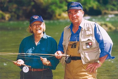 Hans-Ruedi und Heidi Hebeisen. Das Schweizer Ehepaar selbst seit Jahrzehnte aktive Fischer, bilden das ganze Jahr über Fliegenfischer aus.