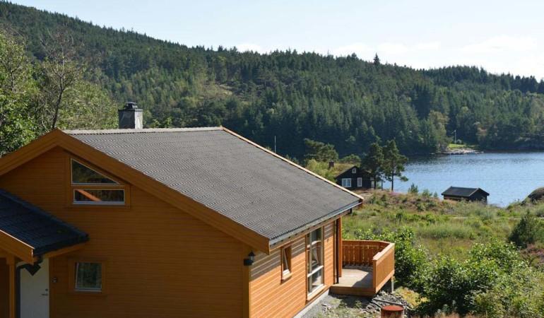 Das Ferienhaus auf Randøy befindet sich in einer sonniger Lage mit einem tollen Blick auf das Fjord. Foto: Borks