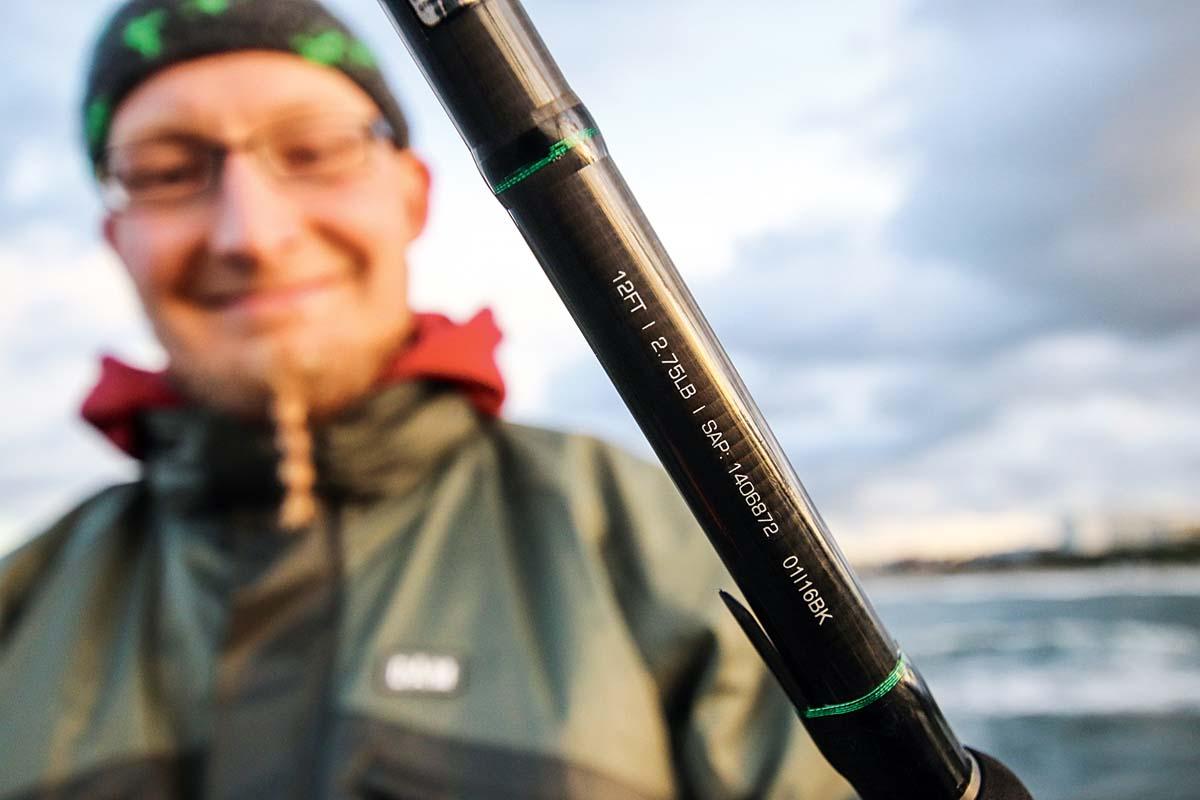 Beim Angeln von Seebrücken muss man sich nicht unbedingt mit neuen Angelgerät eindecken. Karpfenruten sind völlig ausreichend und erfüllen ihren Zweck. Foto: BLINKER/F. Pippardt