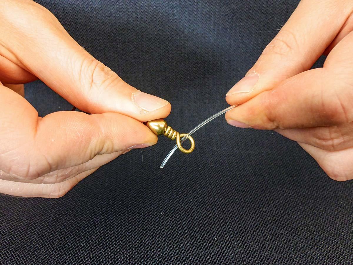 Als erstes wird die Schnur durch das Wirbelöhr geführt. Foto: BLINKER/L. Berding